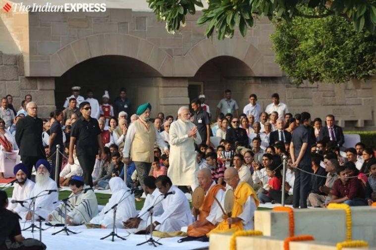 புதுடெல்லியின் ராஜ்காட்டில் பிரதமர் மோடியும் மத்திய அமைச்சர் ஹர்தீப் சிங் பூரியும் மகாத்மா காந்திக்கு மரியாதை செலுத்துகின்றனர்