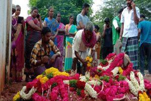 Sujith Homage : சுஜித் கல்லறையில் அஞ்சலி செலுத்தும் கிராம மக்கள்